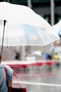 傘を持っている人の写真・画像素材[3316045]
