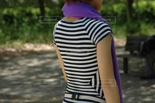 Tシャツ姿、女性の後ろ姿の写真・画像素材[3316062]