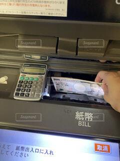 ATMで入出金の写真・画像素材[3801052]