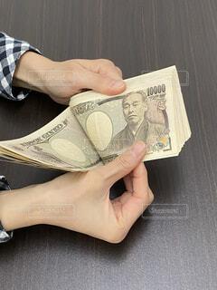 お金を数えるの写真・画像素材[4316200]