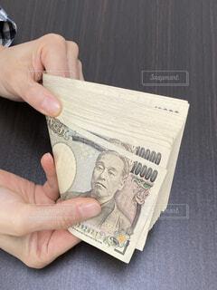 札束のお金を数えるの写真・画像素材[4316199]