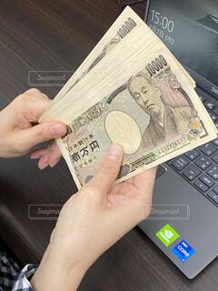 お金を稼ぐ主婦の写真・画像素材[4316201]
