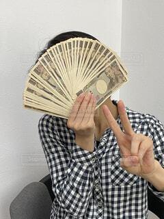 50万円を持って喜ぶ人の写真・画像素材[4316207]