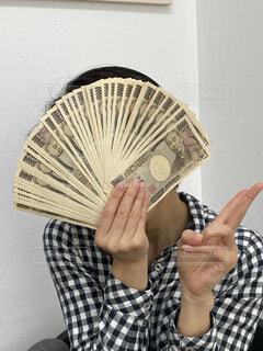 お金を持って喜ぶ人の写真・画像素材[4316204]
