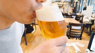 ビールを飲む男性の写真・画像素材[4625412]