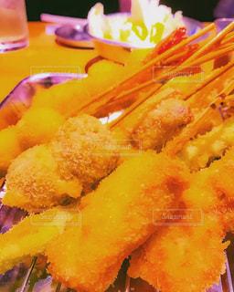 テーブルの上に食べ物のプレート - No.705399