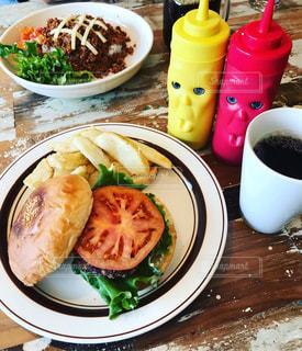 食品やコーヒー テーブルの上のカップのプレートの写真・画像素材[1065433]