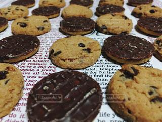 並んだチョコクッキーの写真・画像素材[1750503]