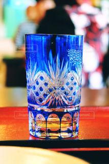 テーブルの上のガラスコップのクローズアップの写真・画像素材[2357229]