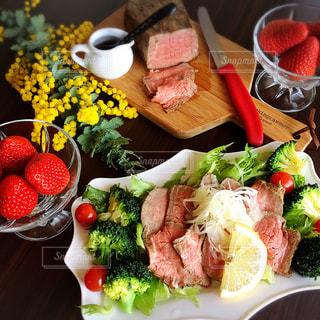 テーブルの上に食べ物のプレートの写真・画像素材[1271397]