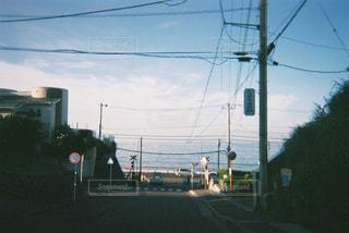 道路の側からぶら下がってトラフィック ライトの写真・画像素材[763925]