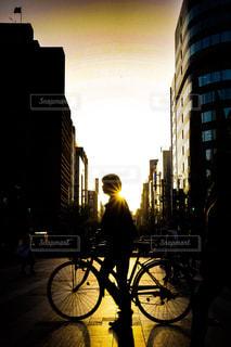 都市通りで自転車を乗る人の写真・画像素材[1107166]