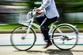 人が自転車の後ろに乗っての写真・画像素材[1147787]