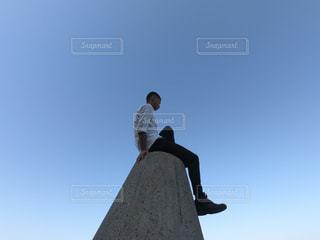 空を飛んでいる人の写真・画像素材[1150681]