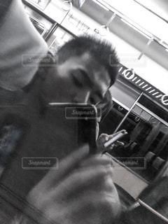カメラにポーズ鏡の前に立っている男 - No.1169677