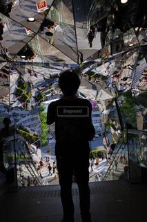 鏡張りのトンネルの写真・画像素材[1224803]