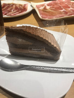 皿にチョコレートケーキを一枚の写真・画像素材[2203676]