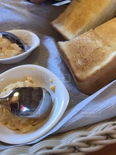 食べ物の皿とコーヒー1杯の写真・画像素材[2205029]