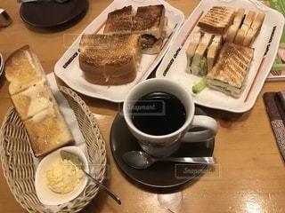 食べ物の皿とコーヒー1杯の写真・画像素材[2716820]