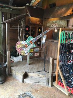 とあるお店に飾ってあったギターの写真・画像素材[821215]