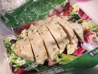 サンドイッチとサラダで食べ物の皿のクローズアップの写真・画像素材[3067450]