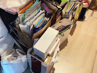 洋服でいっぱいのテーブルの写真・画像素材[3355091]