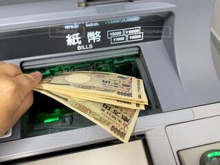 ATM操作中の写真・画像素材[3986025]