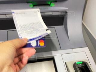 ATM操作中の写真・画像素材[3986028]