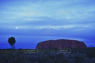 丘に沈む夕日の写真・画像素材[722499]