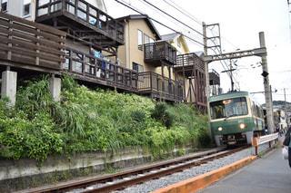 建物の近く下り列車を走行する列車を追跡します。の写真・画像素材[748048]
