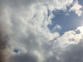 曇りの日に空の雲の写真・画像素材[709357]