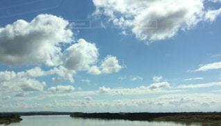 水体の上空で雲のグループ - No.744485