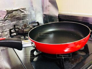 ボウルの中のストーブ トップのオーブン座って黒鍋の写真・画像素材[1236196]