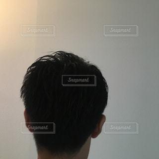 鏡の前に立つ男の写真・画像素材[2210236]