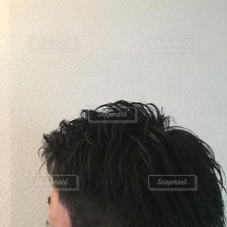 カメラを見ている男の写真・画像素材[2210238]