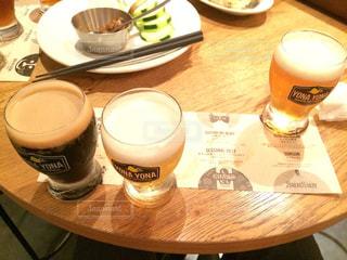 コーヒーやビール、テーブルの上のガラスのカップ - No.759237