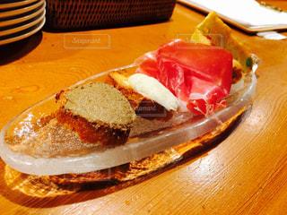 テーブルの上に食べ物のプレートの写真・画像素材[759251]
