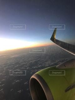 水の体の上に飛んでいる飛行機の写真・画像素材[777560]