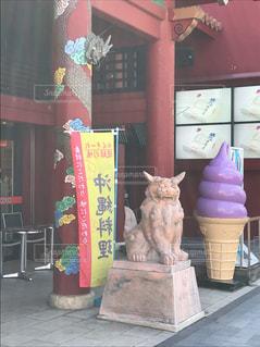 店の前に立っている人の写真・画像素材[819211]