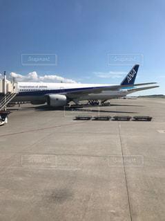 空港の滑走路の駐機場に座っている大型旅客機の写真・画像素材[819813]