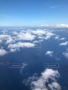 曇り空を飛んでいる飛行機のビューの写真・画像素材[846274]