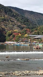 背景の山と水の大きな体の写真・画像素材[862785]
