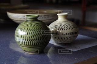 近くにガラスの花瓶をテーブルの上に座ってのアップ - No.705716