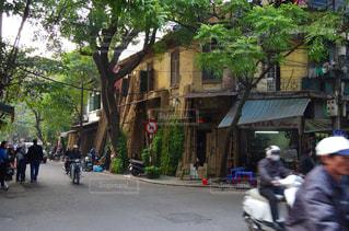 都市の通りバイクに乗っている人のグループ - No.706490