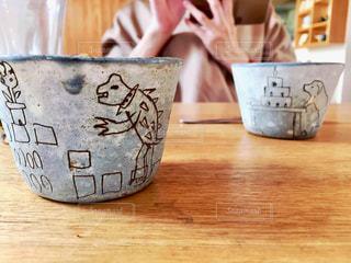 木製テーブルの上のコーヒー カップ - No.814380