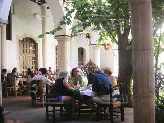 テーブルに座っている人々 のグループ - No.843808