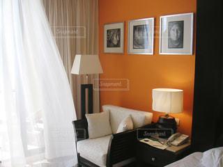 リビング ルームの家具とカーテンでいっぱい - No.843810