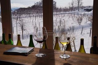 ウィンドウの横にあるワインのボトル - No.845835