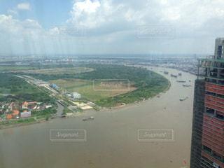 水の体の横に市のビューの写真・画像素材[710293]