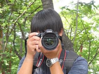 森の前でカメラを持っている人 - No.795118
